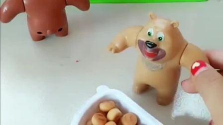 熊二买了好吃的饼干,熊大没有找到饼干,小朋友知道在哪里吗?