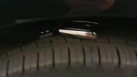 司机为了不把车钥匙弄丢了,居然放在轮胎上面,不知道会被人发现吗?