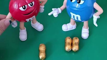 有三个花生巧克力,小红和小兰不知道怎么分,佩奇来帮忙分哦!