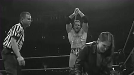 WWE:老板最心酸的一幕,自己被打晕了,女儿转头和老公秀恩爱!