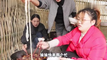 秋妹和姐姐在家做火锅吃,午餐肉、鸭肠、各种蔬菜搞一锅,吃一大碗米饭