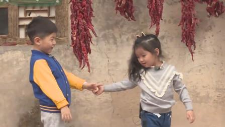 安吉一把拉住阿拉蕾的手,称:为啥要我走啊!安吉撩妹名场面