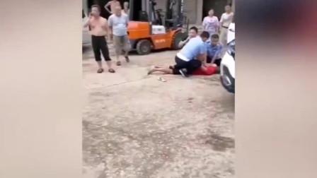 令人发指!网曝上饶一男子持棍棒当街猛击女子头部