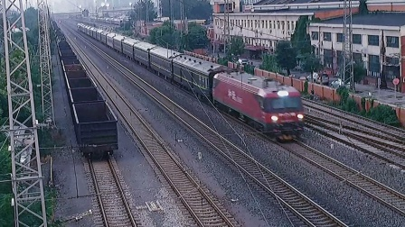 时隔半年的再次相遇,HXD3D-0652牵引K27次通过天津动车客车段