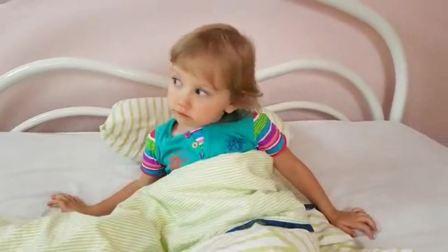 国外儿童时尚,小萝莉找到了在抽屉哭的宝宝,太有趣了