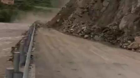 30秒|四川新龙县一山体再次滑坡 道路通行时间暂不确定