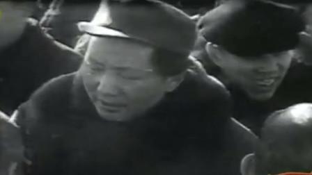 1949年北京和平解放,毛主席在北京郊外检阅部队,眼中满含笑意