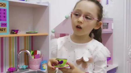国外儿童时尚,小萝莉在烤奥利奥小饼干,非常厉害