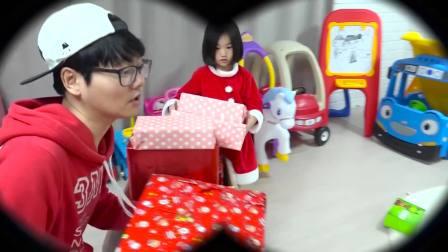 国外儿童时尚,小萝莉和哥哥,在一起做蛋糕迎接圣诞节的到来