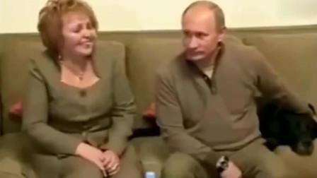 普京和老婆柳德米拉在家里接待人口普查工作人员,屋里摆设好简朴