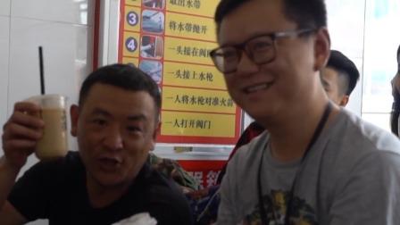刺 李尚龙探班剧组竟被导演抢咖啡