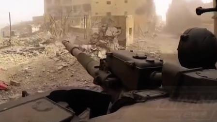 """实拍叙利亚战场画面,坦克在废墟中搜索着""""猎物""""!"""
