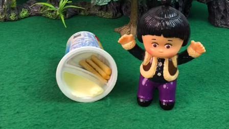嘟嘟的小饼干被偷吃了,嘟嘟问熊大和小丽都没吃,又去找发现是罗密欧偷吃的!