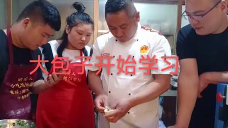 商丘诚实人小吃培训学校:师傅现场教学员做大包子,好吃美味!