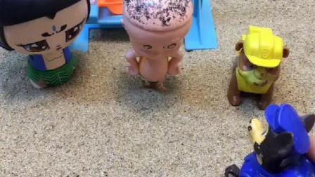 小朋友们都回家了,葫芦娃一个人不肯回家,结果他在等怪兽来!