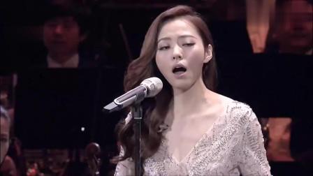 张靓颖这段表演什么水平?公认全球最难演唱的歌曲之一,完胜原唱