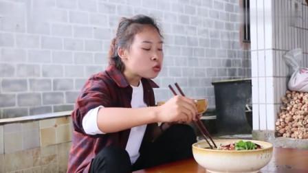 秋妹今天教大家做道水煮牛肉,牛肉鲜嫩爽滑,一个人狂吃一锅米饭