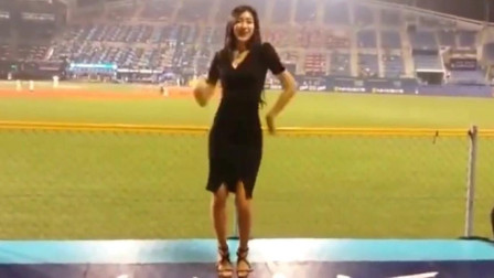 据说她是最出名的啦啦队美女, 观众专门去看她跳