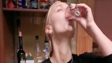 娶了个俄罗斯洋媳妇,喝杯咖啡还这么多戏,真想装作不认识她!