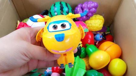 一大箱水果和蔬菜过家家玩具,还藏了有趣的超级飞侠和小猪佩奇