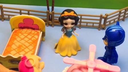 王后给白雪买了面包和蛋糕,白雪叫来好朋友一块儿吃,白雪知道分享真好!