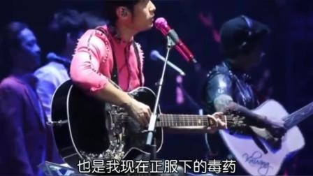 周杰伦吉他弹唱《彩虹 》引发万人大合唱,看