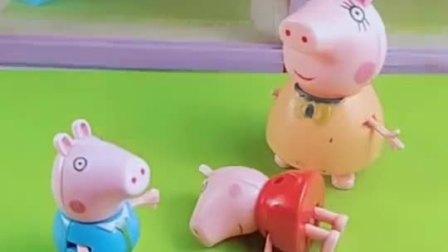 乔治有小海豚玩具可乔治不让佩奇玩猪妈妈也帮佩奇做了小海豚玩具