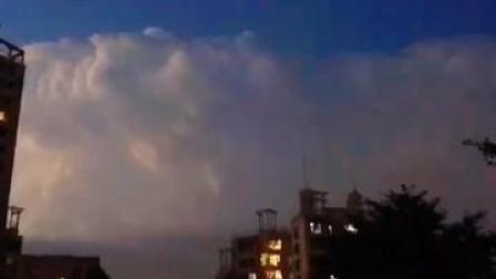 实拍雷雨云砧,闪电在云中劈刺,惊心动魄,如同魔幻特技