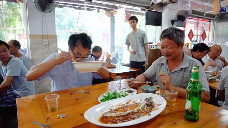 忙完装修农村小伙带师傅到餐馆吃饭,米饭免费吃,老板都看怕了