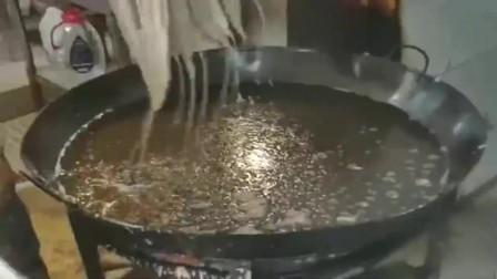 油炸大鲤鱼,看看师傅这手套,直接下油锅都没问题!