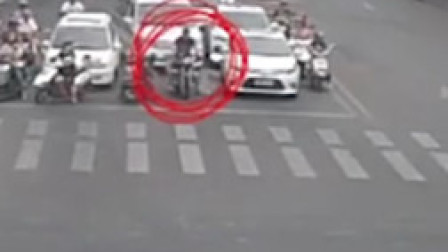男子骑摩托车故意阻挡救护车 路人劝说仍不避让