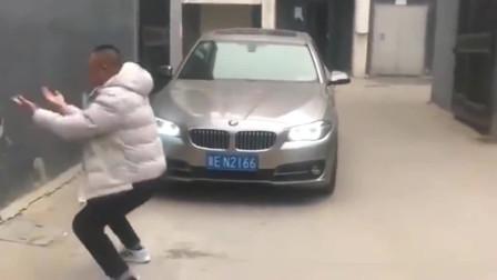 实拍:大哥不去做演员真可惜,人家司机下车后一看,瞬间就火冒三丈了!