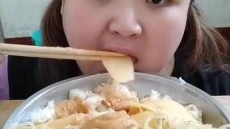 胖妹妹自制土豆盖浇饭,非常合口味,吃的还挺香