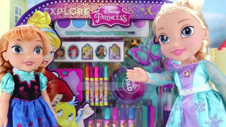 艾莎和安娜带来迪士尼公主文具套装,有各种画笔、图画和贴纸