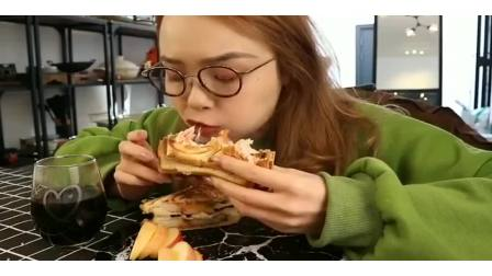 美女直播吃皮卡丘三明治面包,看起来太诱人了