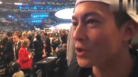 偶遇陈冠希!美娜NBA全明星赛采访陈冠希:小时候我最喜欢乔丹,现在我最喜欢詹姆斯和威少