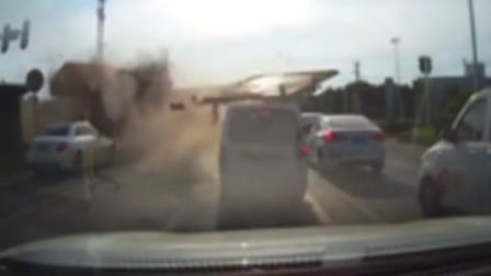 惊魂瞬间!货车闯红灯与吊车相撞 后车门被撞掉砸中多车