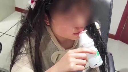 忍住别笑女子喝酸奶反被瓶子吸住嘴,救援画面简直不要太酸爽