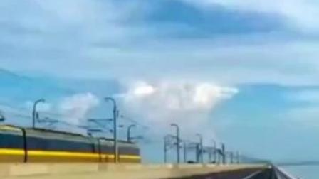 """拍了这张""""#天空之镜"""",#蜀黍喊你主动去接受! #石臼湖天空之镜 #蜀黍 #交通违法 #石臼湖"""