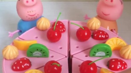小猪佩奇过生日,爸爸妈妈给佩奇做了大蛋糕,你会祝佩奇生日快乐吗?