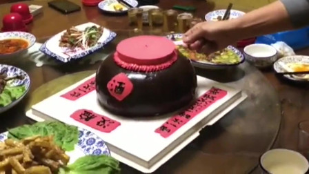 """在饭店里给爸爸过生日,小伙买来的""""酒坛""""蛋糕,太逗了!"""