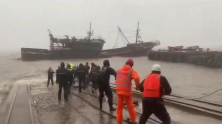 """""""黑格比""""登陆两渔船因锚绳断裂搁浅救援人员冒狂风暴雨紧急施救"""