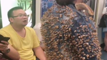 女子嫌地铁太挤,用榴莲给自己缝了套衣服,看看到地铁是什么效果