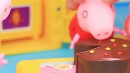 猪妈妈做了一块蛋糕,小猪佩奇和乔治一起吃,觉得很好吃呢