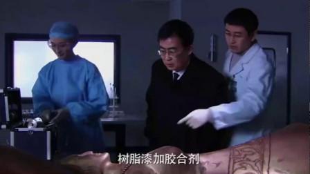 人体雕塑里面居然藏着尸体,身体被掏空放油漆维持形状
