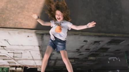 一家四口遭遇暴乱,为活命将女儿抛下高楼,看他怎么金蝉脱壳!