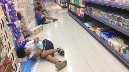 湖南高温 人们扎堆超市蹭空调
