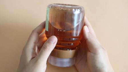 把蜂蜜瓶子倒过来,立马清楚蜂蜜真假,以后买蜂蜜记住用这招
