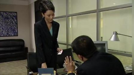 女秘书不让没有预约的男子见老板,老板知道后亲自开车去追