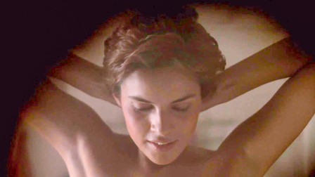 小伙偷窥女神时,发现她竟撕下了身上的皮,原来她不是人类